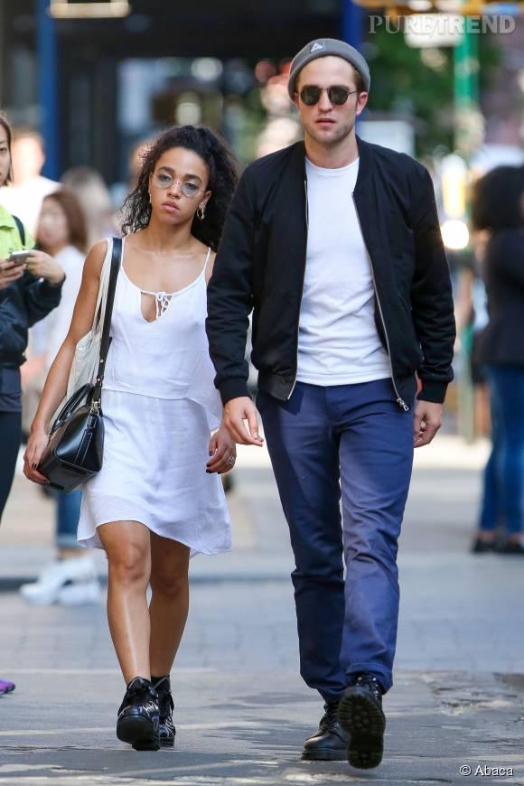 Depuis juillet 2014, Robert Pattinson est en couple avec la chanteuse FKA Twigs.   Ils ont annoncé leurs fiançailles en avril 2015.