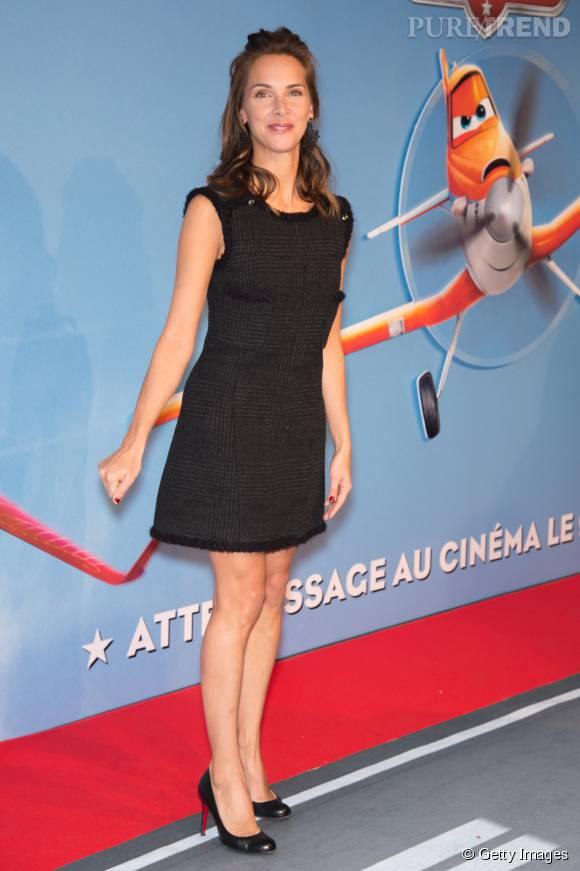 Melissa Theuriau dévoile subtilement ses jambes avec cette robe courte noire.