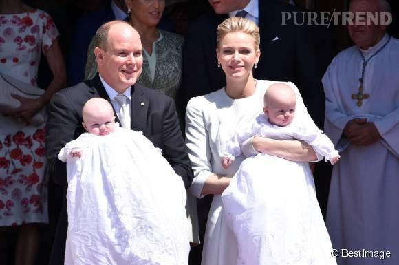 Jacques et Gabriella lors de leur baptême. Le petit prince serait un vrai boss et sa soeur, une petite chipie au caractère bien trempé.