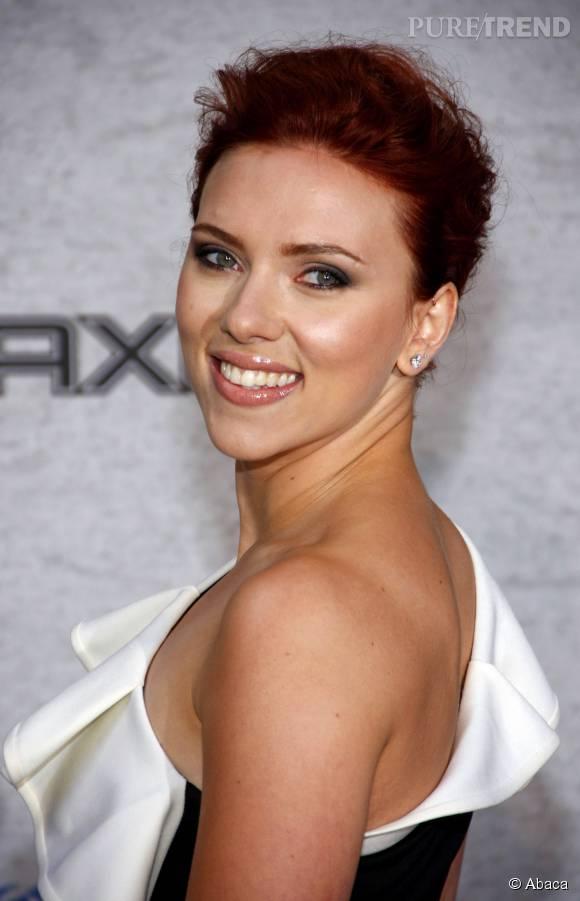Scarlett Johansson mise sur une coloration rouge profond.