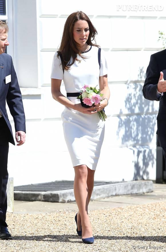 Si Kate Middleton est adepte du total look, elle varie parfois les plaisirs. Ce jour-là, elle a opté pour une robe blanche avec des touches de noir. Une création House of Fraser.