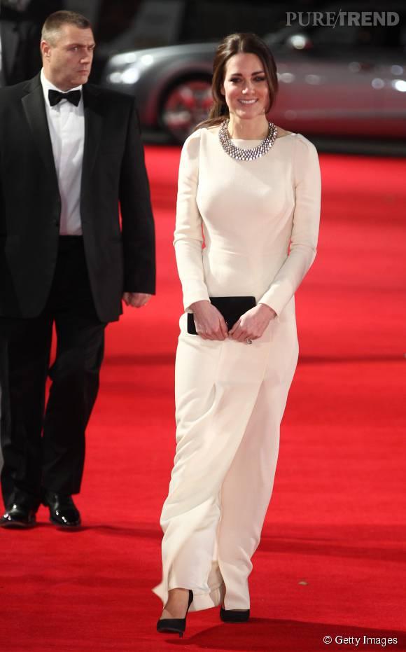 Kate Middleton porte une robe blanche Roland Mouret. Elle l'a déjà portée, quelques mois plus tôt, pour une autre sortie officielle.