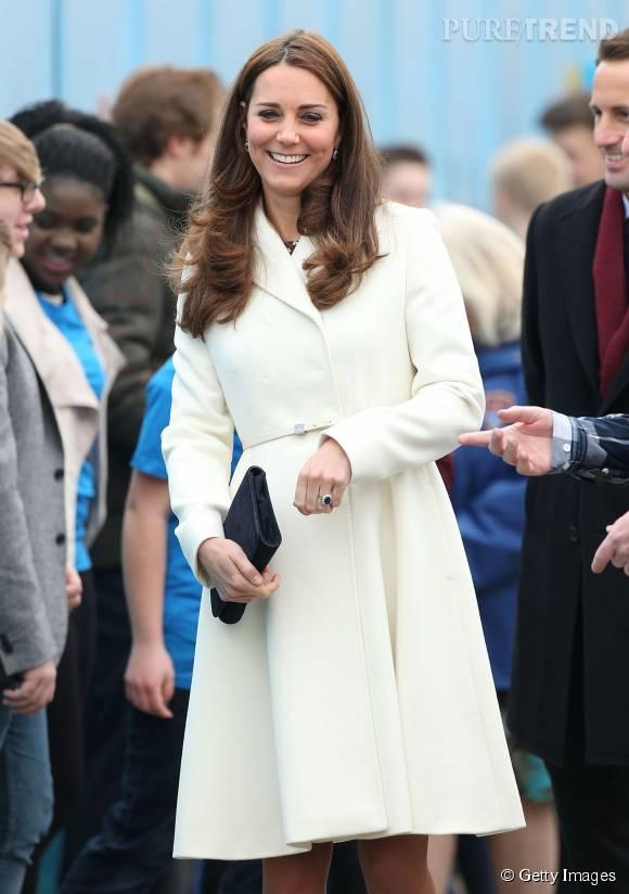 Kate Middleton a aussi essayé la version manteau/robe en blanc.
