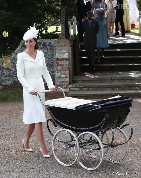 En juillet dernier, Kate Middleton était habillée en blanc pour le baptême de sa fille Charlotte. Une robe signée Alexander McQueen.