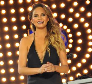 Chrissy Teigen : décolleté vertigineux et fendu glamour à New York