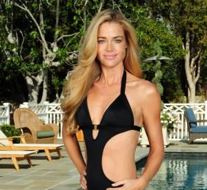 Denise Richards affiche son corps de rêve dans ce modèle trikini noir.