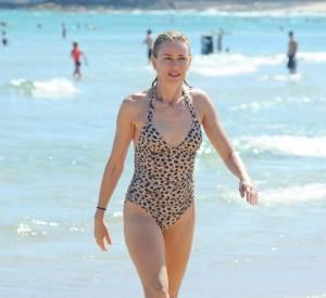"""Naomi Watts fait """"fur""""eur avec son maillot de bain imprimé léopard."""
