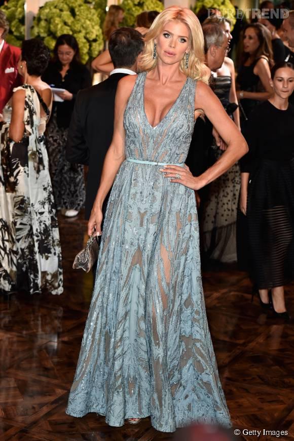 Victoria sort le grand jeu en robe Elie Saab décolletée.