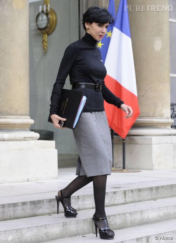 Stilettos noirs vernis, jupe crayon et top ceinturé à la taille, Rachida Dati est plus glamour que jamais.