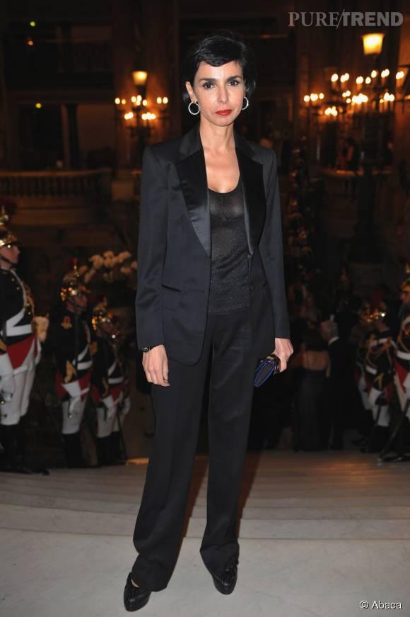 Rachida Dati en smoking brillant, une tenue chic et féminine.