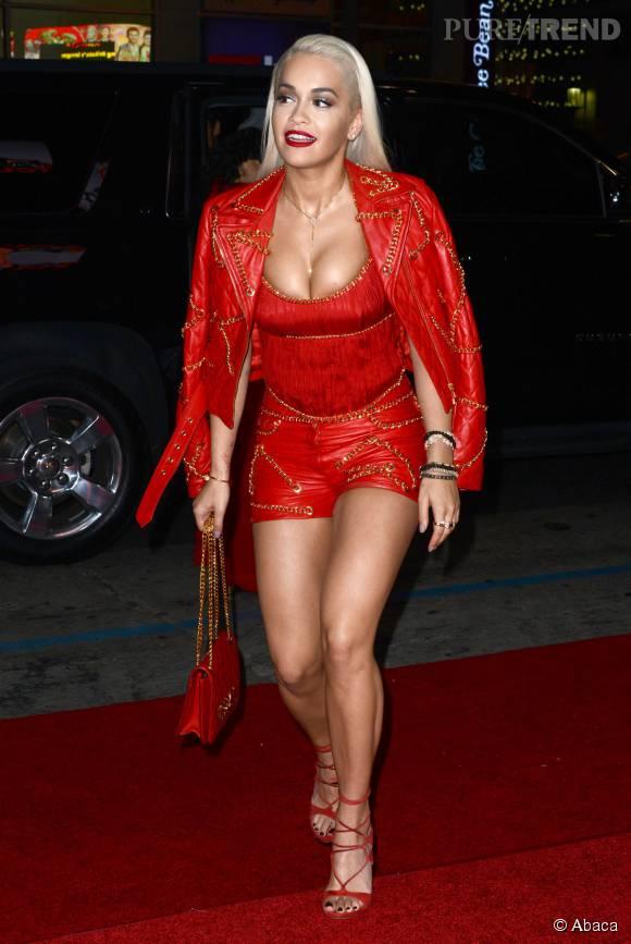 Rita Ora, poitrine débordante sur red carpet.