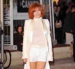 Mylène Farmer en 2009. Vêtue de blanc, la chanteuse rayonne.