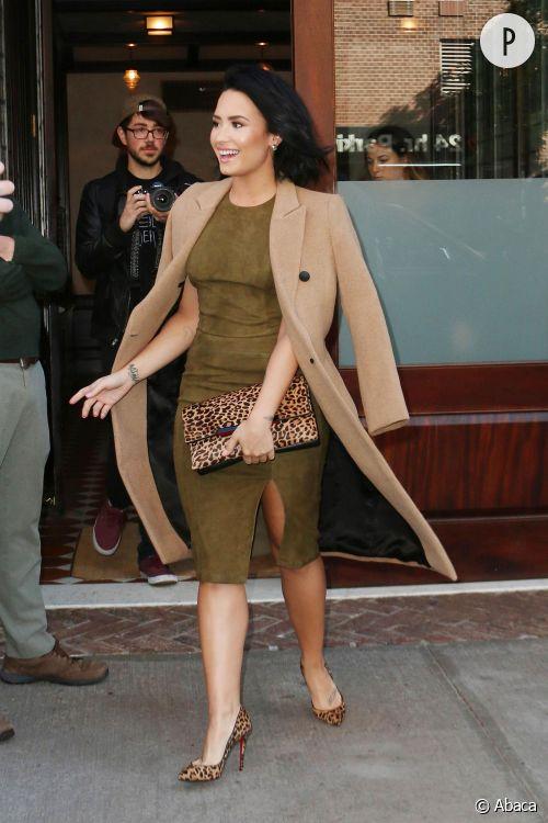 Demi Lovato, élégante avec son manteau long et beige à New York ce vendredi 15 octobre