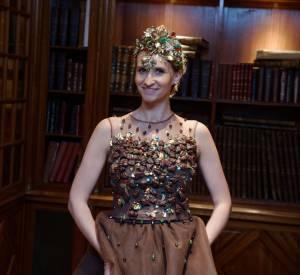 Touche finale de sa tenue, une coiffe coordonnée à sa robe.
