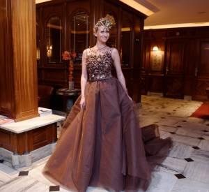 La jeune femme prend la pose dans les salons du Best Western Premier Trocadero La Tour.