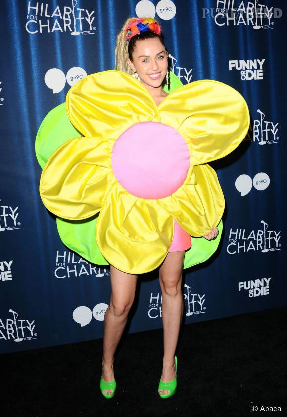 Miley Cyrus débarque en robe fleur à un gala de charité à Hollywood et repousse toutes les limites.