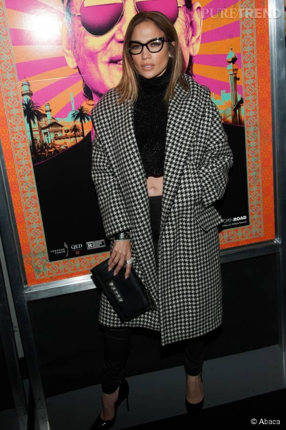 """Jennifer Lopez adopte le motif pied-de-poule et les lunettes d'intello lors de la première de """"Rock the Kasbah"""", lundi soir à New York."""