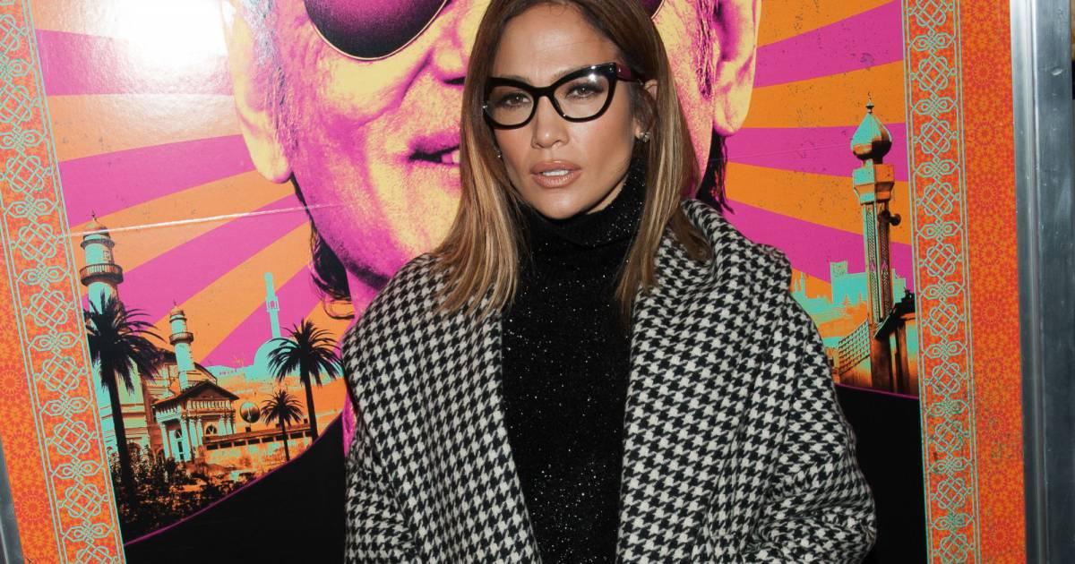 bc1e1783765e1 Jennifer Lopez   lunettes et cropped top