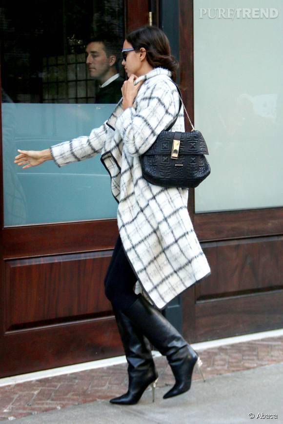 Irina Shayk et son accessoirisation 100% noire.