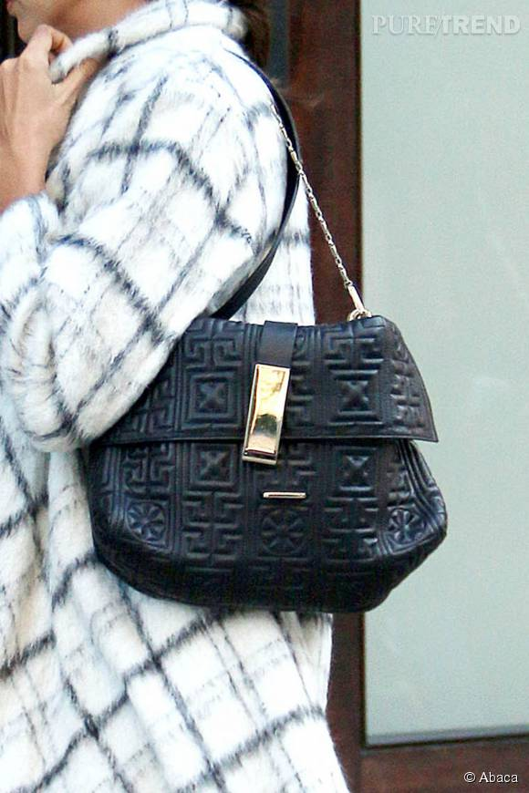 Irina Shayk et son sac Versace issue de la Greek Collection.