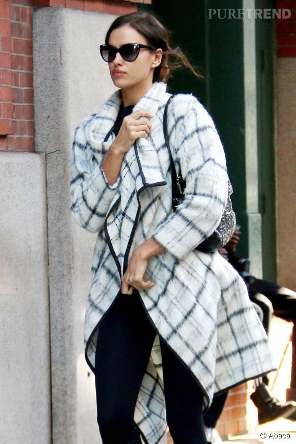 Irina Shayk emmitouflée dans son manteau à carreaux.