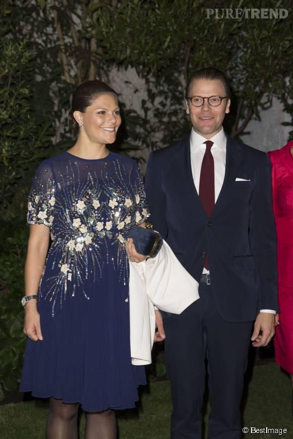 Victoria de Suède a sublimé son baby bump avec une robe bleu nuit brodée de sequins.