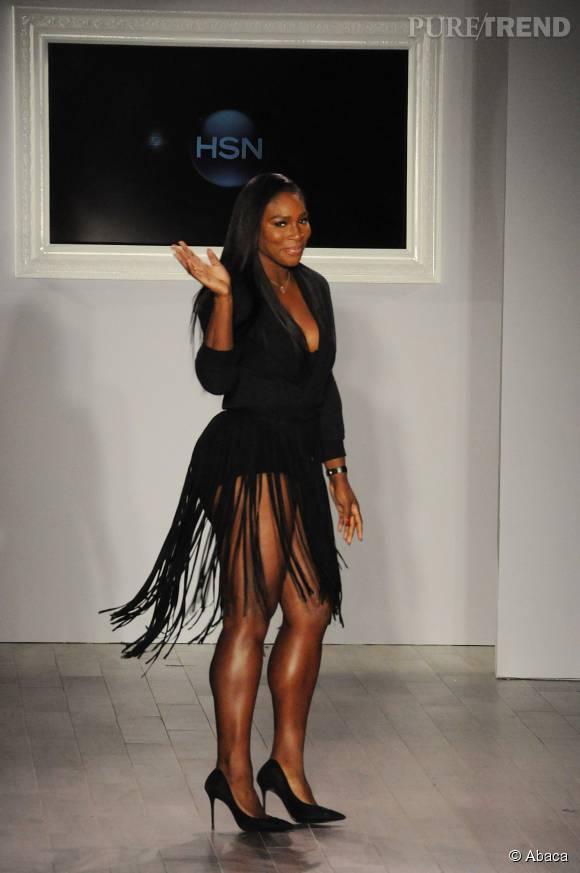 Serena Williams véritable canon dans cette robe très courte et frangée.