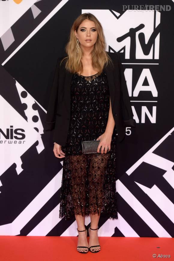 Ashley Benson dans une robe Haney et un blazer BCBG Max Azria aux MTV EMA le 25 octobre 2015 à Milan.
