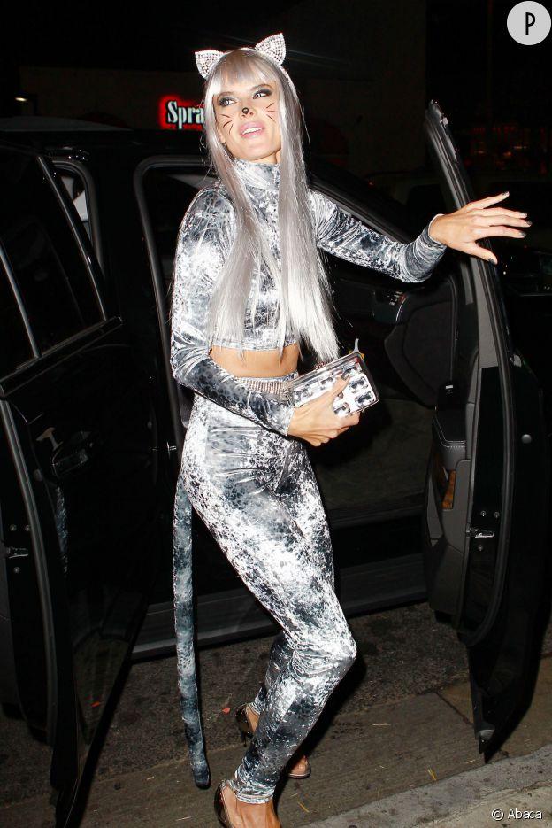 Catwoman peut aller se rhabiller, Alessandra Ambrosio est très sexy en gris souris.