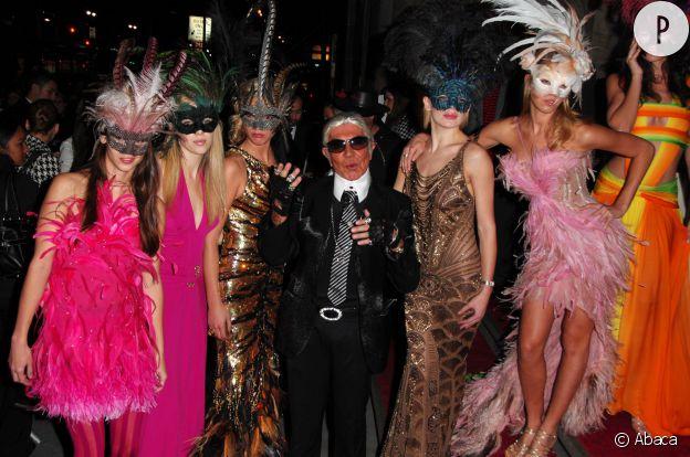 Robertio Cavalli semble beaucoup s'amuser en Karl Lagerfeld. Pas sûr que la blague ait plu au Kaiser.