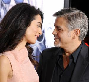 Amal Clooney : sexy en rose, elle embrasse tendrement George sur tapis rouge