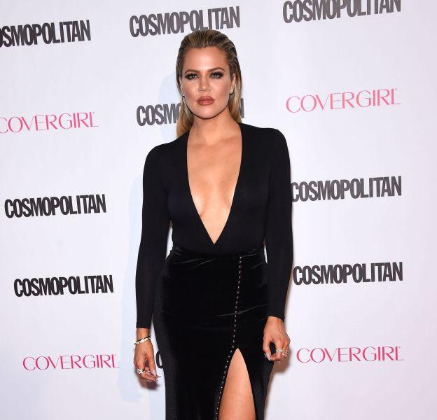 Khloe Kardashian plus sexy que jamais dans cette robe fendue et ultra décolletée.