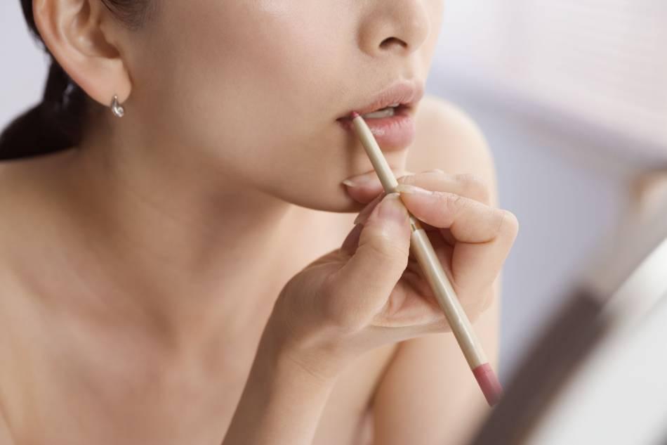 On utilise le crayon à lèvres pour empêcher le rouge de filer.