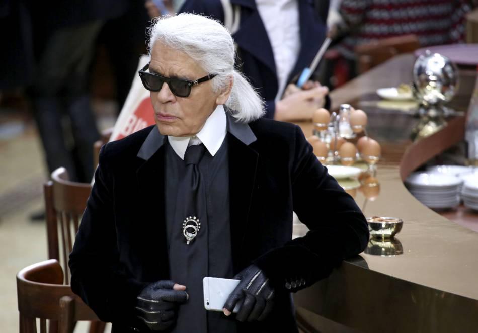 Karl Lagerfeld s'offre un café lors du défilé Chanel sur le thème de la brasserie.