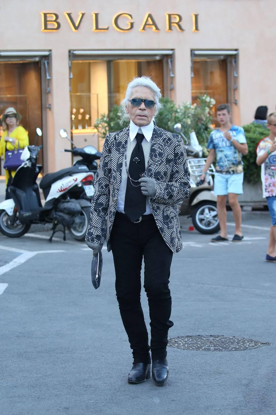 Karl Lagerfeld très apprêté dans les rues de Saint-Tropez.