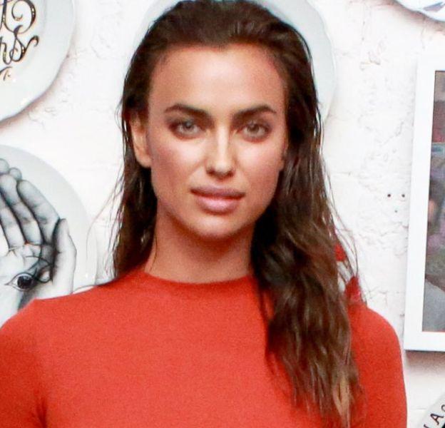 Irina Shayk toujours sublime même habillée d'une belle robe corail.