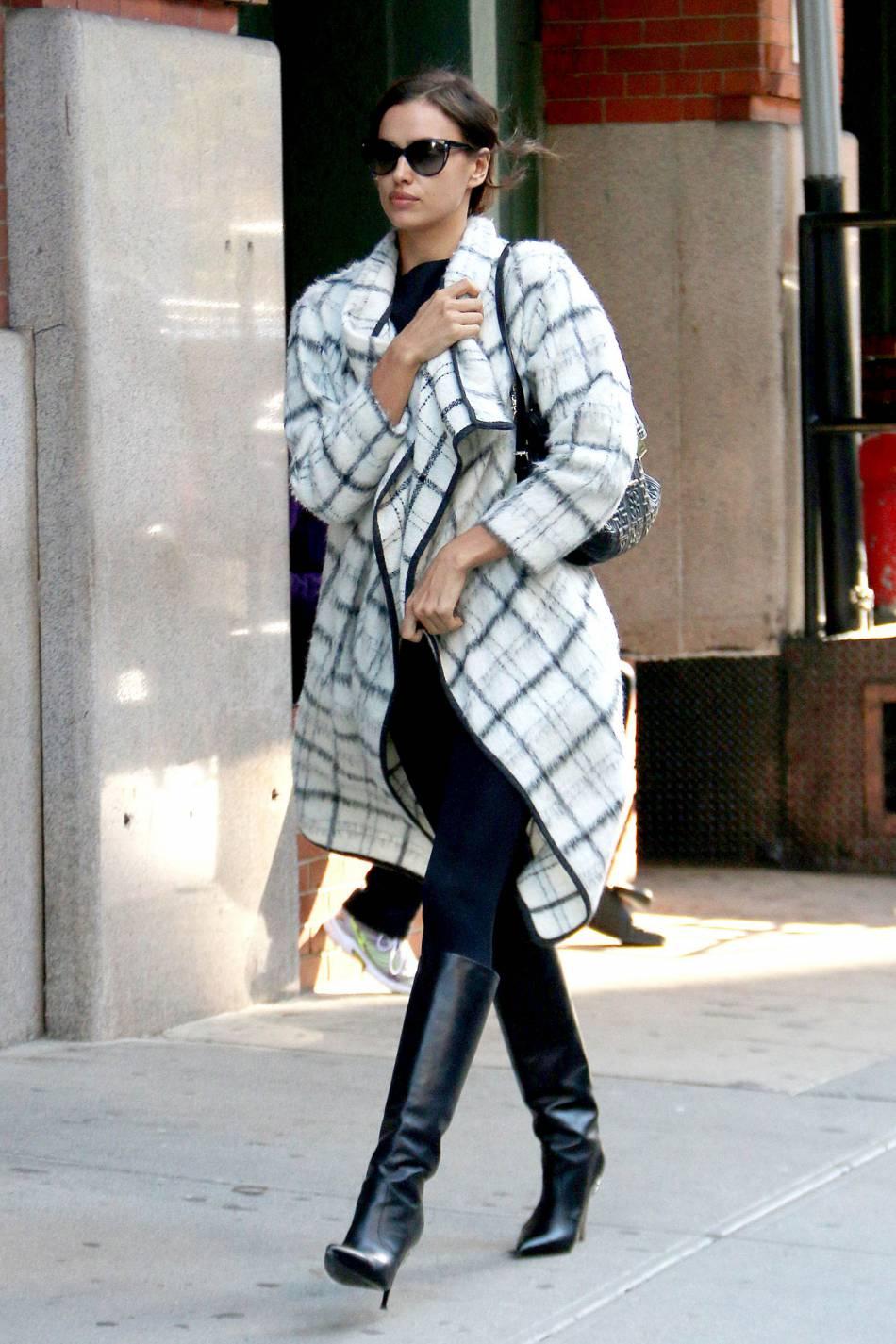 Irina Shayk divine même couverte d'un gros manteau bien chaud.