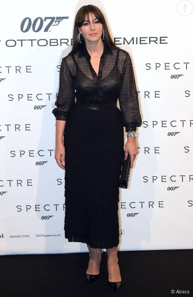 Monica Bellucci, sexy dans sa robe cintrée légèrement transparente.