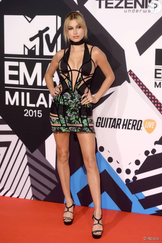 """Hailey Baldwin et sa robe """"aérée"""" aux MTV EMA, le 25 octobre 2015 à Milan."""