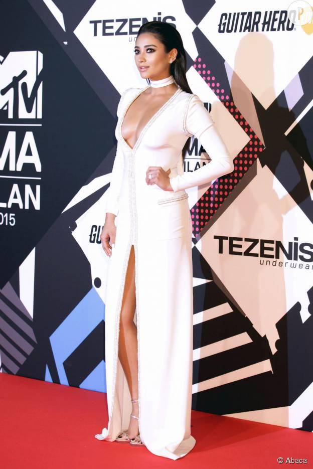 Shay Mitchell, décolletée à souhait aux MTV EMA, le 25 octobre 2015 à Milan.