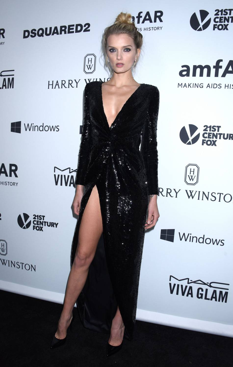 Le top Lily Donaldson combine maxi fendu et décolleté à l'amfAR Inspiration Gala, jeudi 29 octobre à Los Angeles.