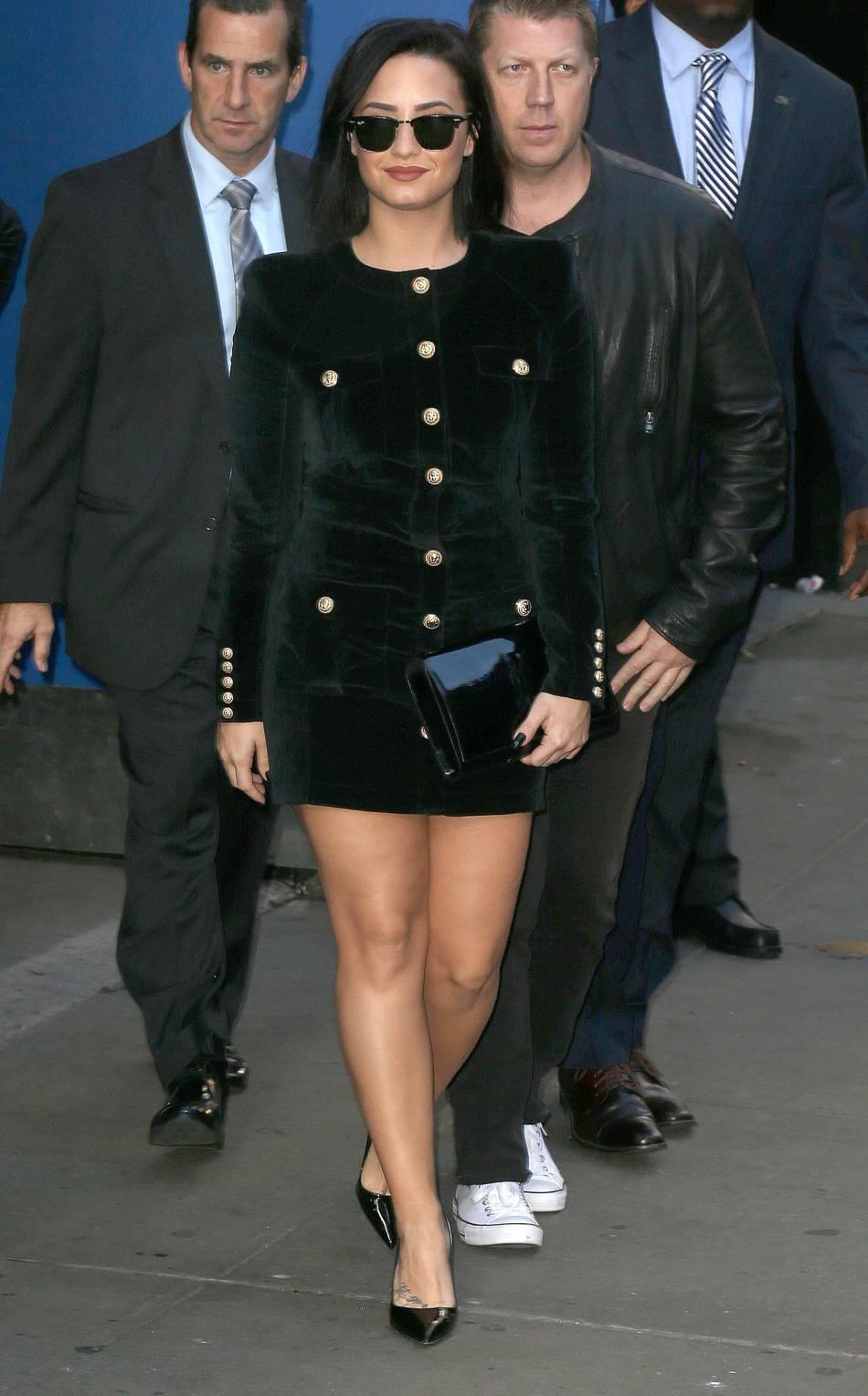 Demi Lovato, ultra sexy dans cette mini robe en velours signée Balmain.