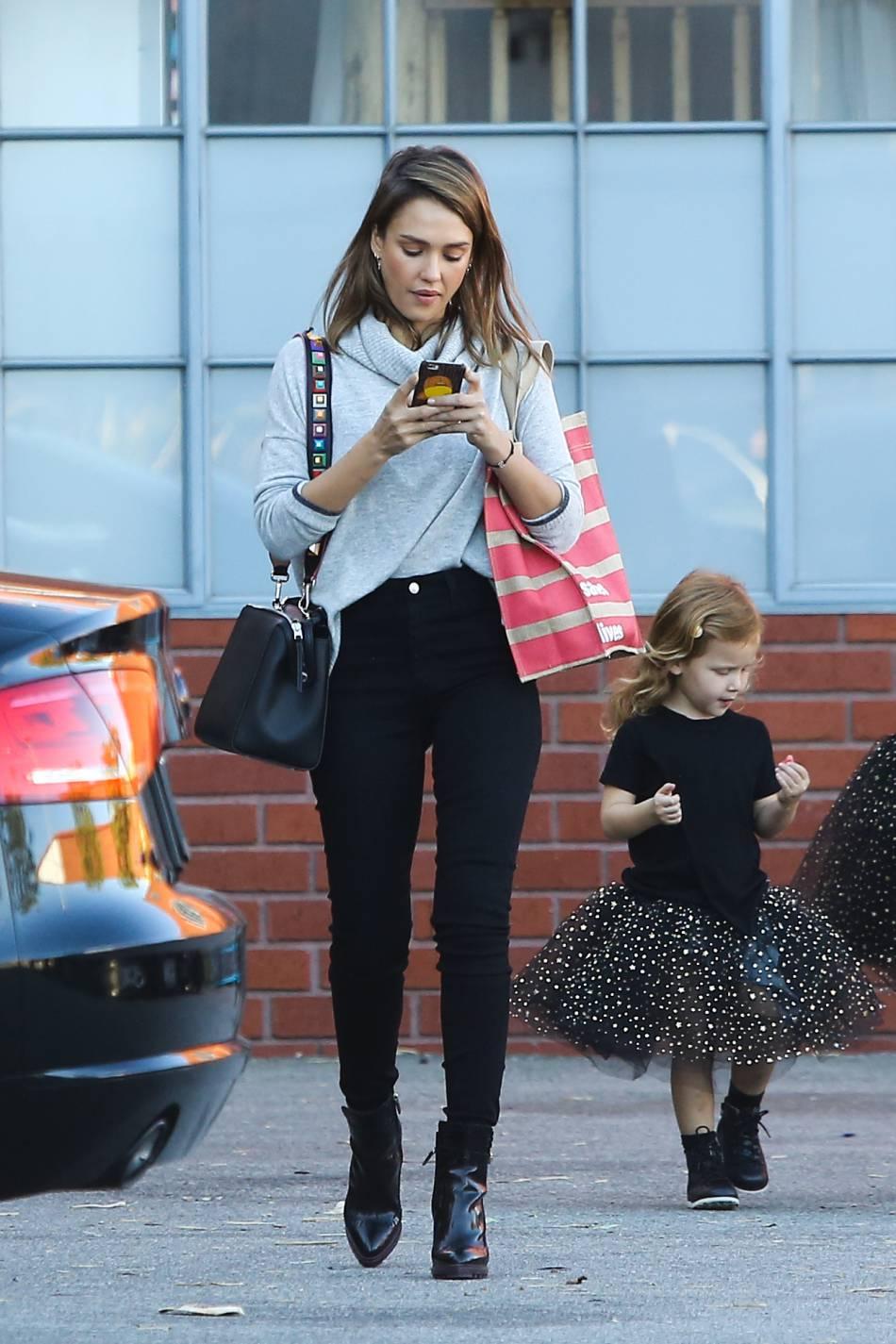 Jessica Alba a adopté un look idéal pour l'automne ce vendredi 30 octobre à Los Angeles