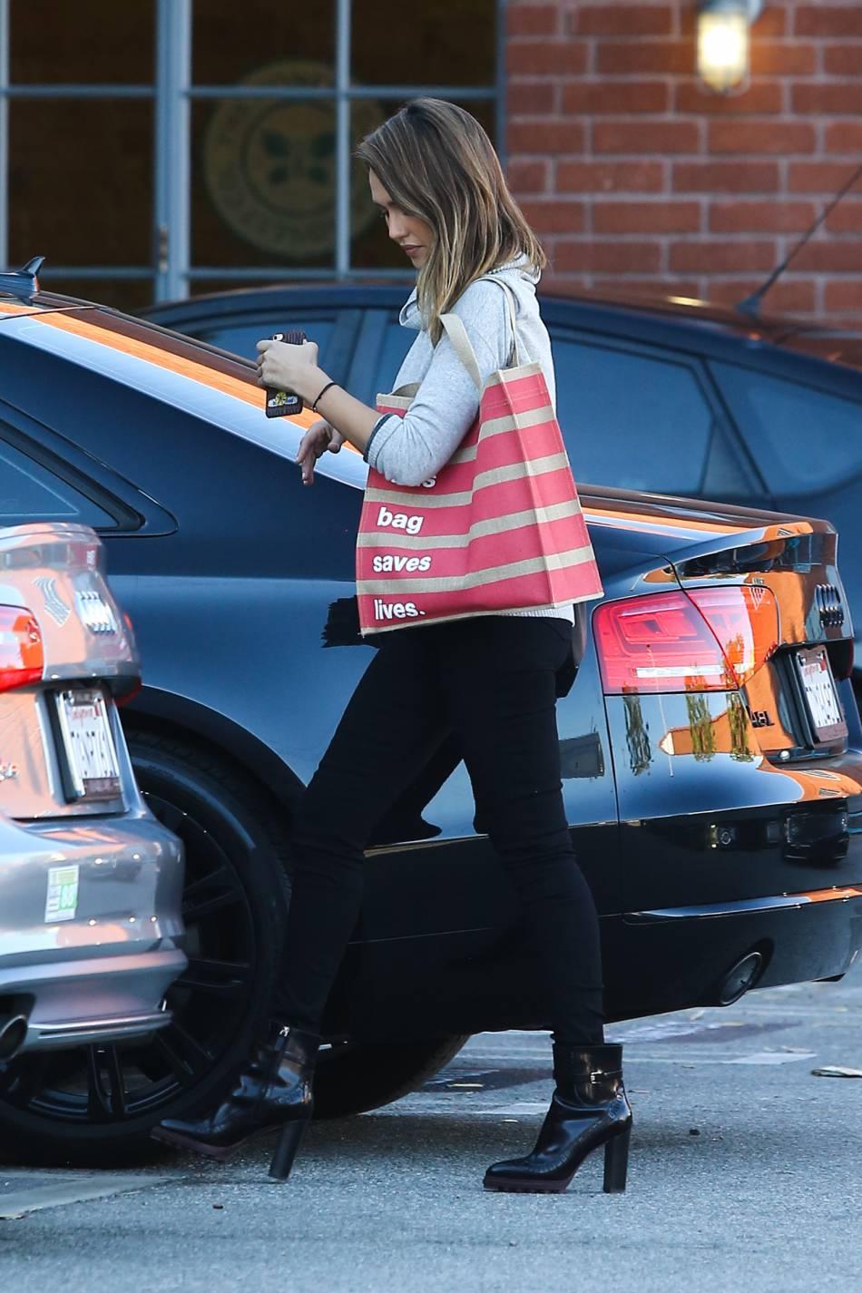 Jessica Alba nous inspire un look très tendance avec son pull gris