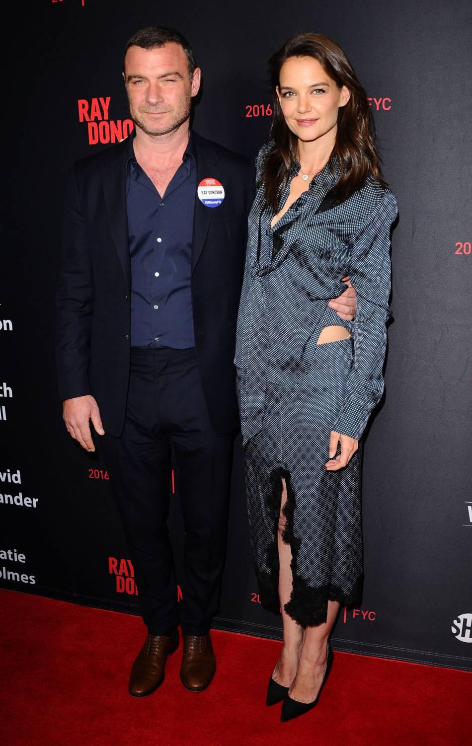Katie Holmes et Liev Schreiber posent sur le red carpet.