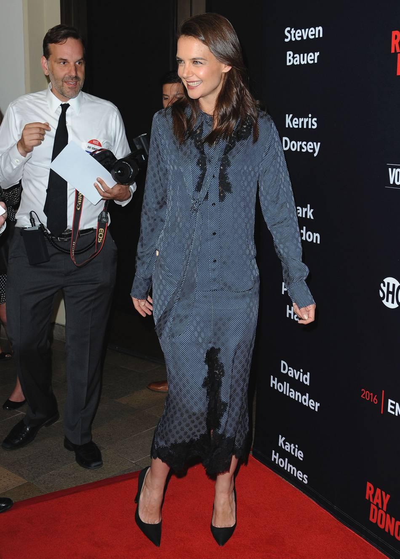 Katie Holmes : pas glamour dans son ensemble en soie vieillot.