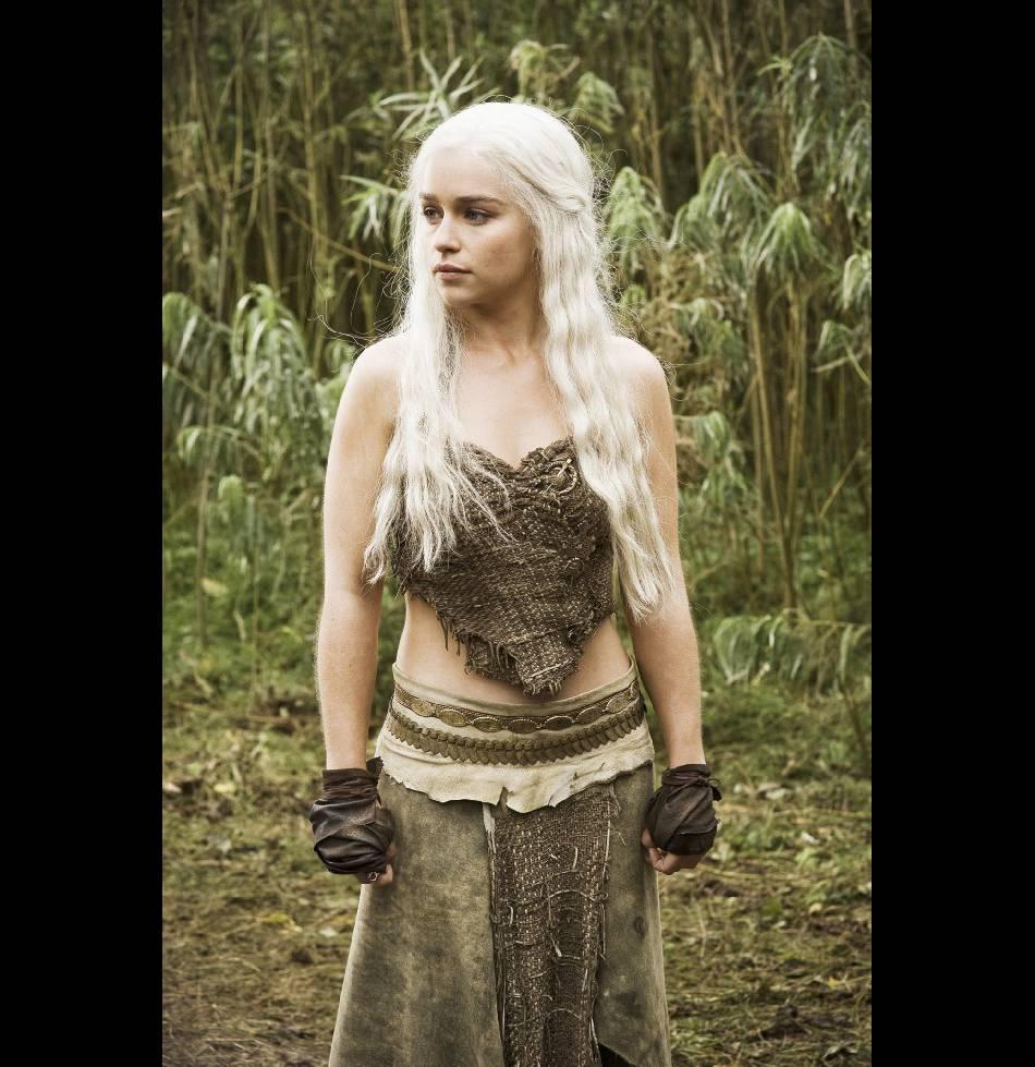 La jeune reine est ainsi aussi à l'aise sur son trône qu'à dos de dragon.