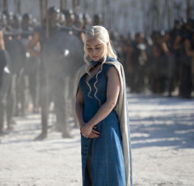 Emilia Clarke porte toujours un autre vêtement sous son costume.