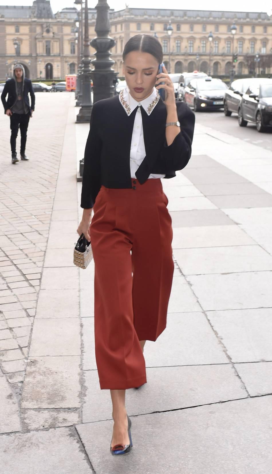 Attention businessgirl droit devant ! Avec cette jupe culotte brique et sa chemise très chic, Jessica Alba est la définition même de la classe.