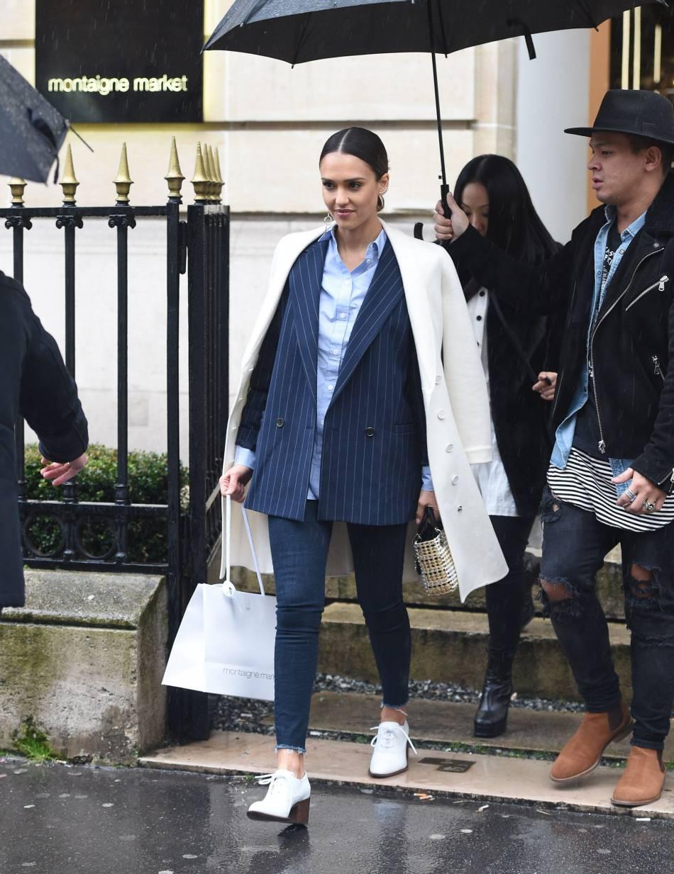 Le costume androgyne lui va bien ! Pour féminiser l'ensemble, elle opte pour des chaussures à petits talons et une veste virginale très girly.